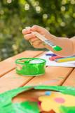 Kind bastelt und malt im Garten - 175509053