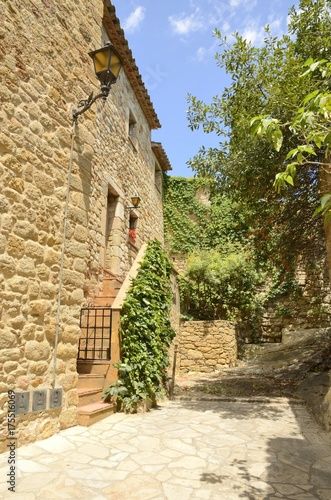 Poster Smal steegje Charming street in Pals, Girona, Spain