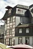 Façades ardoisées, mansardées et à pan de bois au centre historique de Monschau, en Allemagne  - 175520402