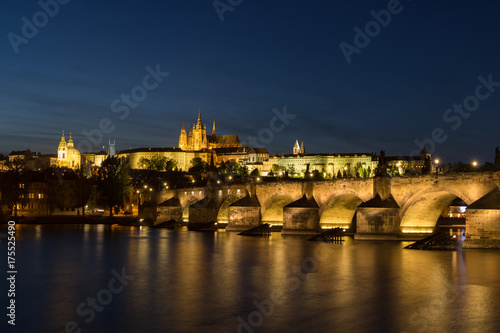 Tuinposter Praag Prague Castle and Charles bridge at dusk