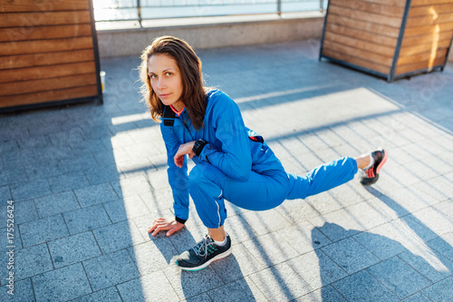 Poster Young woman stretching before jogging exercise