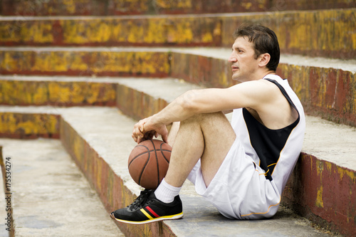Fotobehang Basketbal sitting basketball player