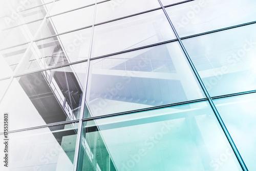 szklana fasada z zewnątrz budynku