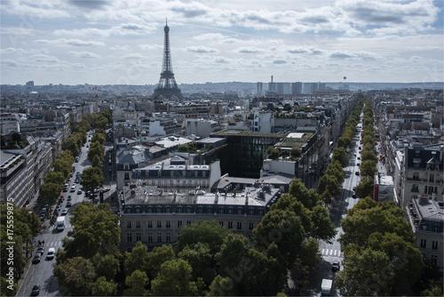 Deurstickers Parijs Vue de la Tour Eiffel depuis l'Arc de Triomphe à l'Étoile à Paris, l'avenue Kléber et l'avenue d'Iéna
