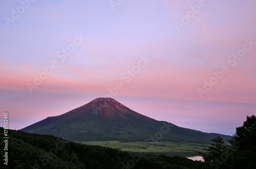 Deurstickers Purper 忍野村二十曲峠から赤富士