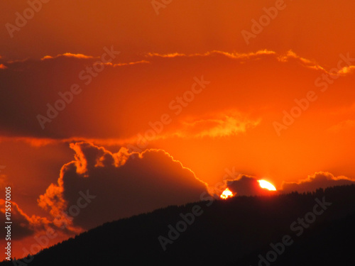 Poster Rood traf. Sunset over the mountain