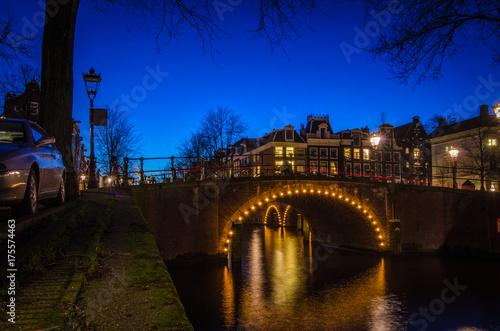 Foto op Aluminium Amsterdam Kanalbrücke beleuchtet