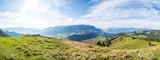 Bergpanorama mit See und Alm