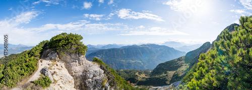 Foto op Aluminium Panoramafoto s Bergpanorama mit Felsenpfad