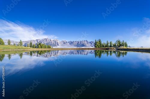 Fotobehang Bergen Bergsee mit Alpenpanorama