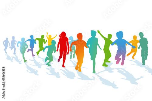 Kinder laufen und springen - 175606858