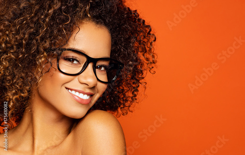 Papiers peints Kiev Portrait of black woman with glasses and smiling