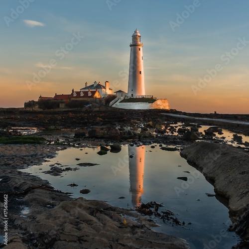 Fotobehang Vuurtoren lighthouse reflected in a pool at sunrise