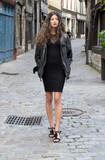 Jeune femme marchant dans une rue - 175625446