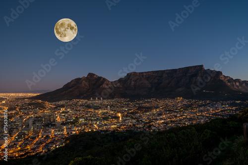 In de dag Zwart Vollmond über Kappstadt und dem Tafelberg