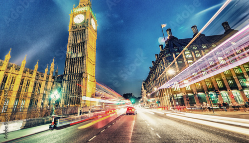 In de dag Londen Westminster Bridge at night with cars speeding up - London