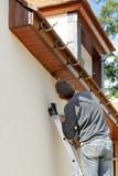 Homme peint sa maison - 175662471
