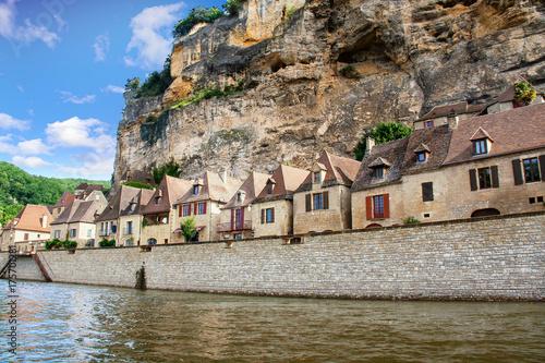 In de dag Blauwe hemel La Roque Gageac vue depuis la rivière. Dordogne. Nouvelle Aquitaine