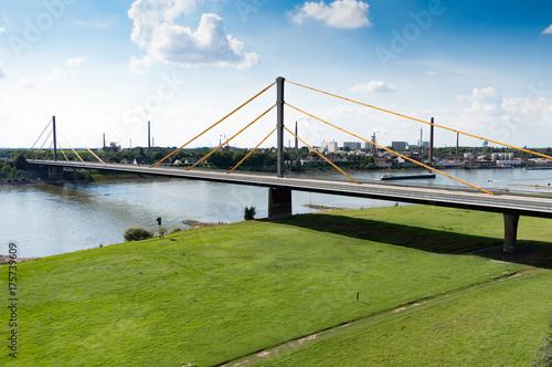 Wall mural Luftbild Autobahn Brücke führt über den Fluss