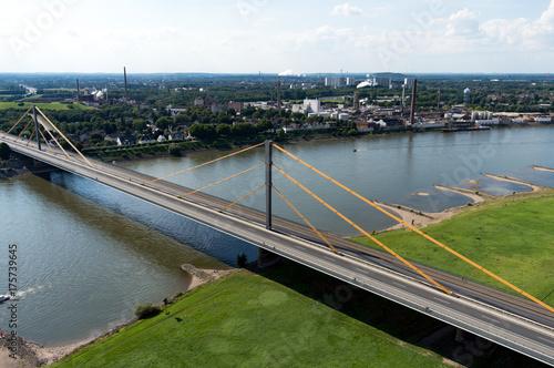 Fotobehang Bruggen Luftbild Autobahn Brücke führt über den Fluss