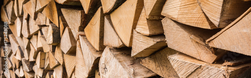 Holz auf Stapel als Panorama - Brennholz geschnitten - 175743088
