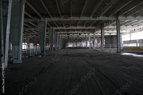 Keuken foto achterwand Oude verlaten gebouwen verlassene Industriehalle mit grauen Stahlträgern und Fahrspuren am Fußboden