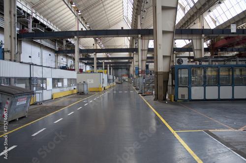 Foto Murales Ansicht einer ehemaligen Produktionshalle vor dem Abriss