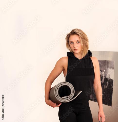 Aluminium School de yoga junge Frau mit der Yoga Matte