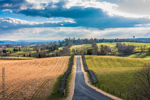 Tuinposter Herfst Road Through Antietam Battlefield Landscape in Autumn