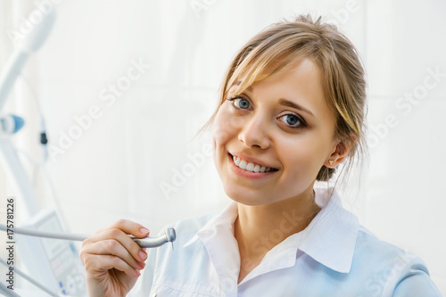 Plakat Młody Professional Woman Dentist z Dental Drill