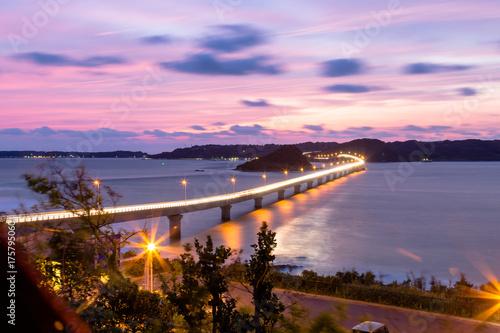 Fotobehang Purper 山口県角島大橋の夕陽