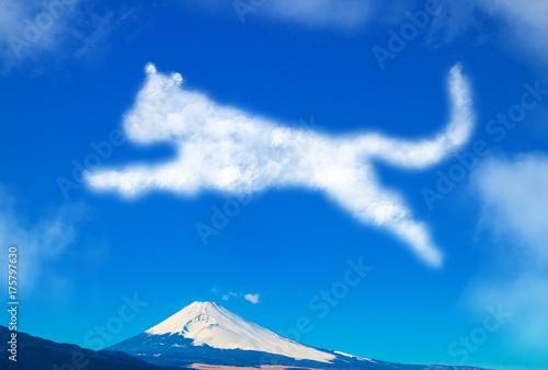 Fotobehang Donkerblauw 犬の形の雲と富士山