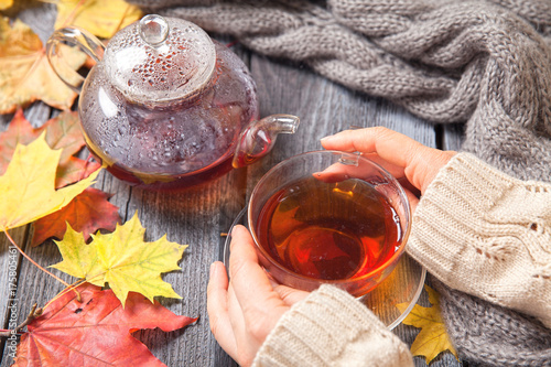 Papiers peints The Autumn Still Life: Tea on maple leaves on a wooden table