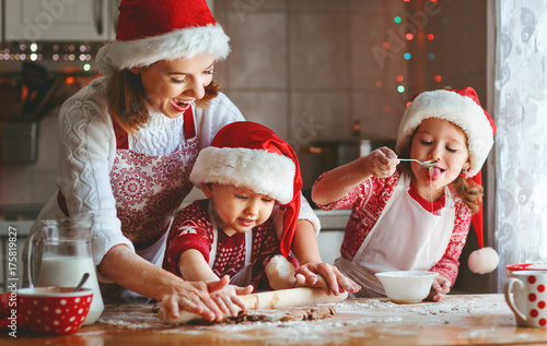 Deurstickers Wanddecoratie met eigen foto happy family mother and children bake cookies for Christmas