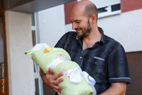 Отец и новорождённый сын Poster