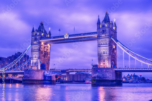 In de dag Londen London, the United Kingdom: Tower Bridge on River Thames at night