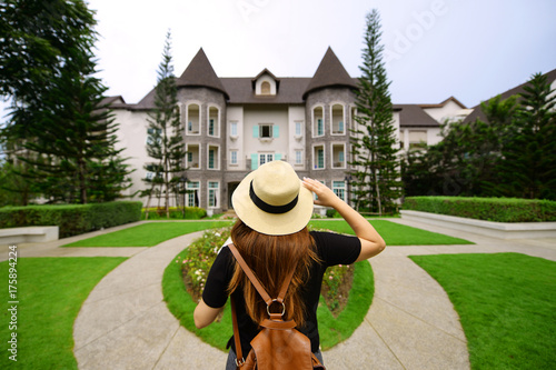 Aluminium Paarden Woman is traveling at French style village.