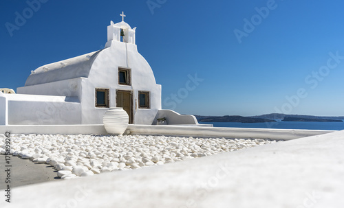 Foto op Plexiglas Santorini Traditional white building with bell and blue sky, Santorini Island, Greece