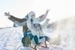 Quadro Familie beim Rodeln und Schlitten fahren im Winter