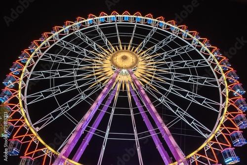Deurstickers Amusementspark Rießenrad bei Nacht auf dem Rummelplatz