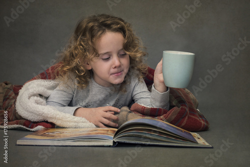 Papiers peints Chocolat Girl reading a book