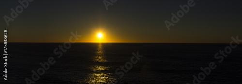 In de dag Ochtendgloren Sunrise at the ocean.