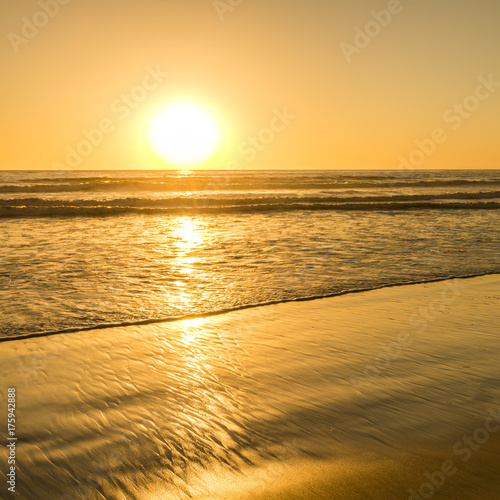 Fotobehang San Francisco The bright sun of California. Sunset bright sun sets over the horizon. Beautiful beaches of California. South of the USA