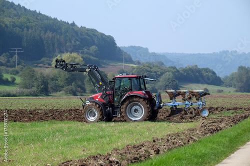 Fotobehang Trekker Traktor mit Pflug