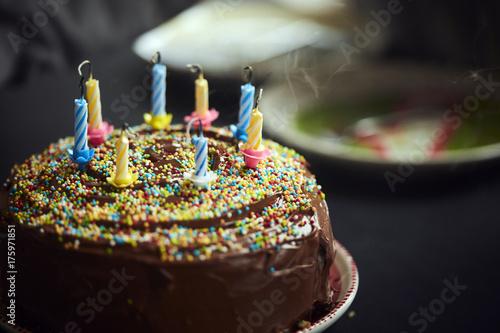Geburtstagstorte mit ausgeblasenen Kerzen Poster