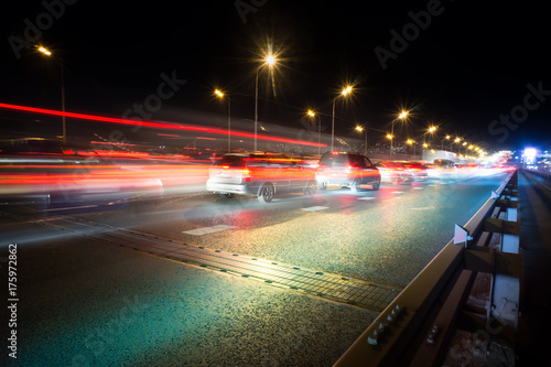 In de dag Nacht snelweg traffic light trails on a big road junction at night in a big city