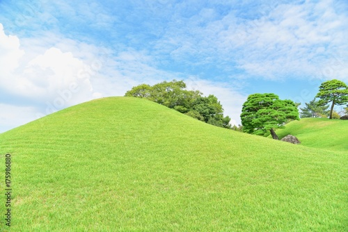 Keuken foto achterwand Lime groen Beautiful Scenery of Green Hills and Blue Sky at Suizenji Garden