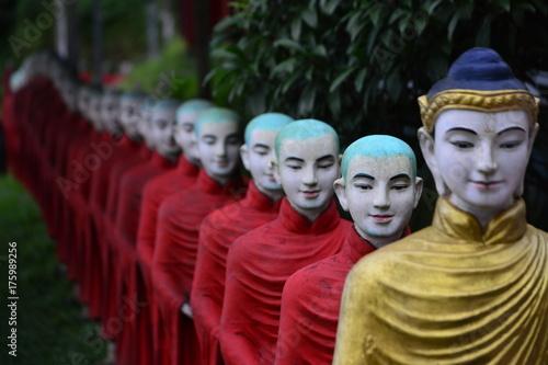 Eine lange Reihe von Mönchstatuen vor der Kaw Ka Thawng Höhle bei Hpa An, Myanma Poster