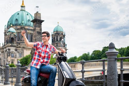 Roller fahrenderTourist Mann macht Selfie vor dem Berliner Dom Poster
