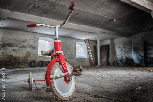 Spoed canvasdoek 2cm dik Fiets Picture of three wheel bicycle in the abandoned place